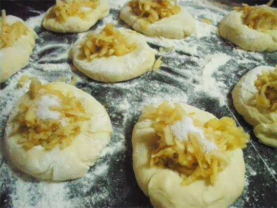 9. В этот простой рецепт пирожков с начинкой в духовке используется тертое яблоко с сахаром. Также можно добавить щепотку корицы для аромата. При желании можно взять свежие или консервированные ягоды, мак и все, что есть в холодильнике.