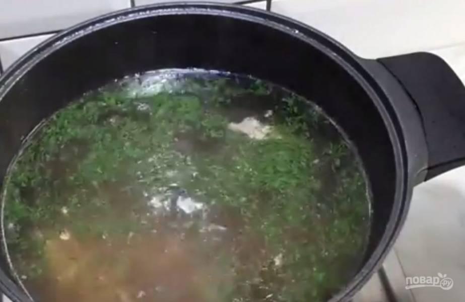 3. Доведите бульон до вкуса, добавьте перец по вкусу и специи. Отделите мясо от остова и снова отправьте в бульон.