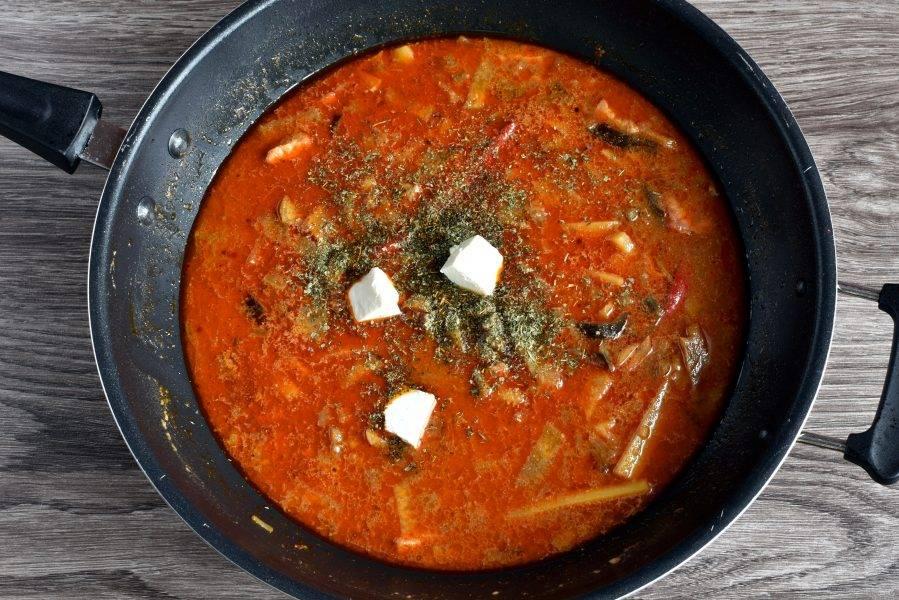 Выложите содержимое сковороды в суп, добавьте соевый соус, кинзу, молотые пряности. Обычно это кориандр и черный перец, но можно воспользоваться готовой смесью для корейских салатов. Дайте закипеть и опустите в суп кубики тофу. Перемешайте. Доведите до кипения, проварите пару минут и отключите нагрев. Дайте супу настояться.