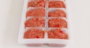 Наполните форму для заморозки льда полученным пюре.