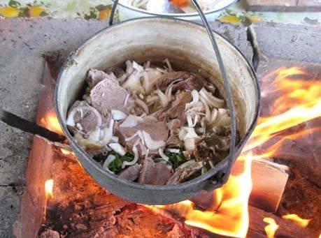 Ставим кастрюлю с мясом на огонь и тушим его 5-6 минут, постоянно помешивая.