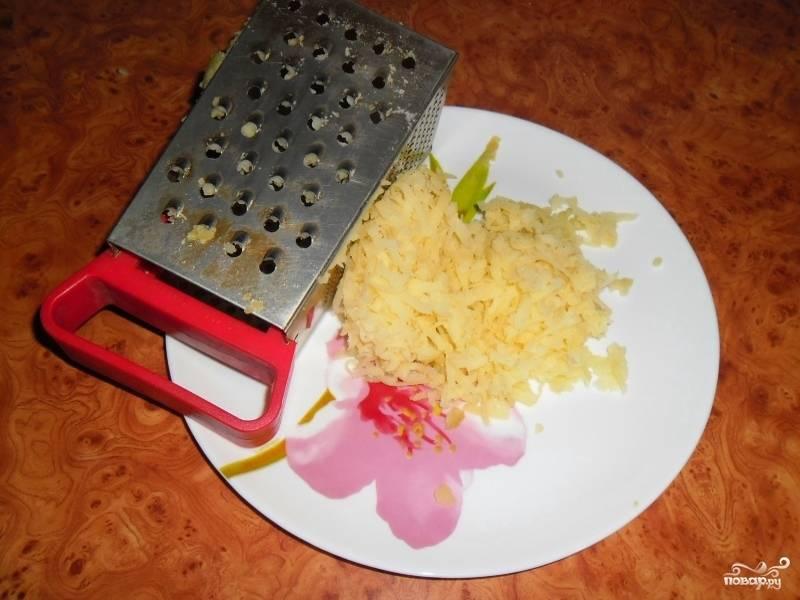 5. Отваренный картофель очистите и натрите на терке.