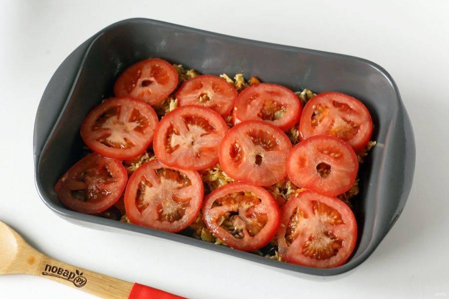 Накройте рис оставшимися помидорами. Так же посолите помидоры и поперчите по вкусу. Налейте кипяток, накройте форму фольгой и запекайте в духовке при температуре 200 градусов 40 минут.