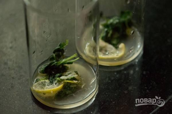 В каждый стакан влейте по равной части лимонного сока.
