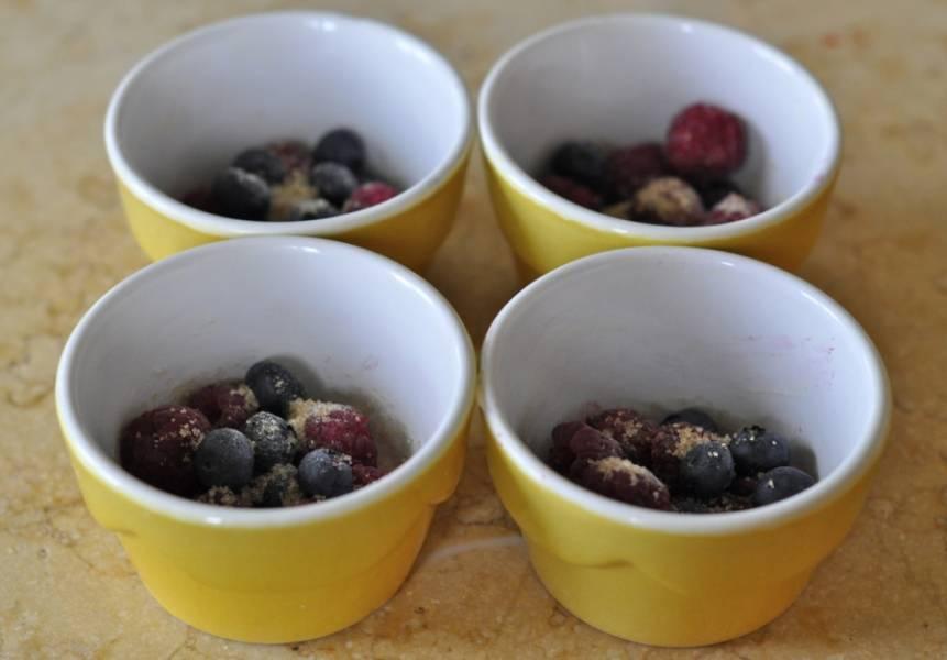 Заполните другие формочки ягодами.