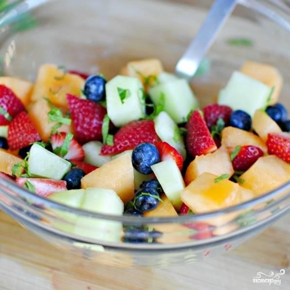 Заливаем наши фрукты и ягоды остывшим сахарным сиропом. Перемешиваем.