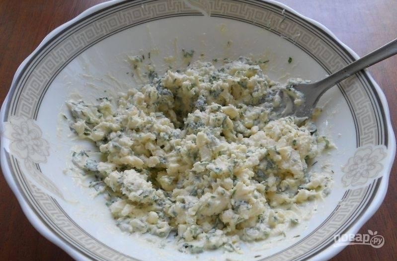 В миске перемешайте мягкое масло с сыром, солью и нарезанным укропом.