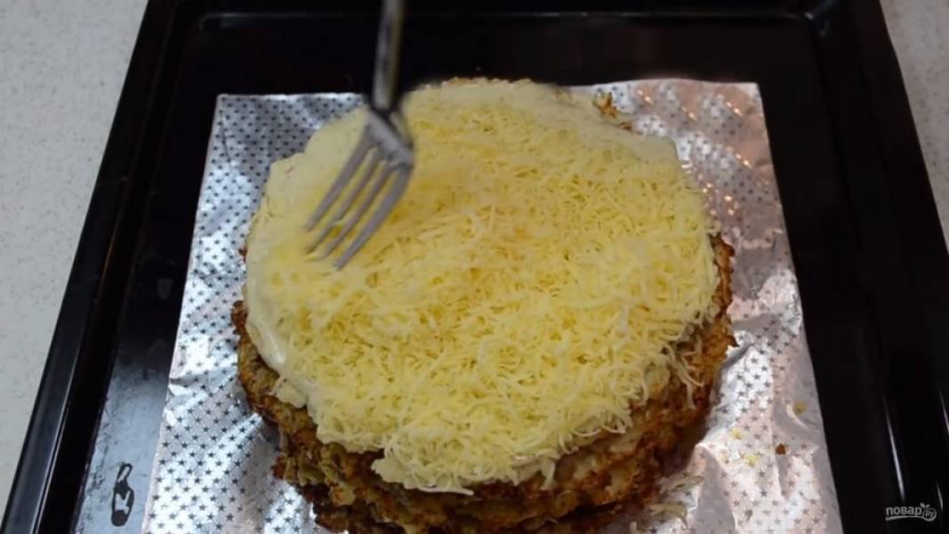 Смажьте верх пирога майонезом и присыпьте сыром. Отправьте пирог в разогретую духовку на 3-5 минут до расплавления сыра.
