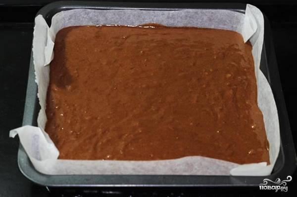 7. Подготовьте жаропрочную форму, смажьте ее маслом или застелите пергаментом. Выложите тесто, отправьте в духовку.