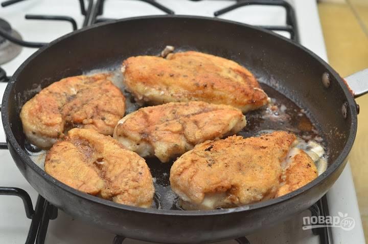 5. Когда филе обжарилось с двух сторон, снимите его со сковороды и отложите пока.
