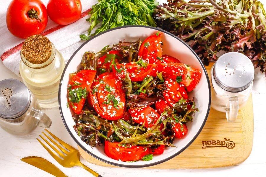Подайте приготовленный салат к столу сразу же после его приготовления.