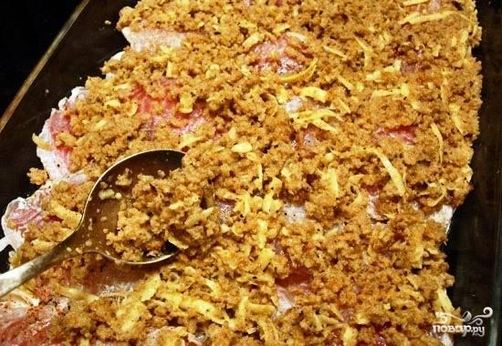 Добавляем в смесь тертый сыр, перемешиваем и тоненьким слоем распределяем ее по нашему рыбному филе.