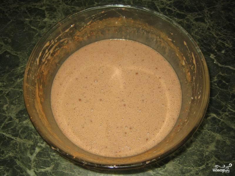 Затем добавьте 2 столовые ложки какао и муку. Замесите тесто.