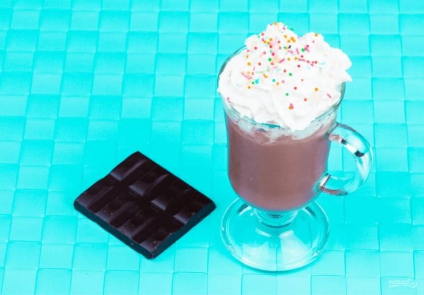 4. Подавайте в стакане, украсив шоколад взбитыми сливками и сиропом по вкусу. Приятного аппетита!