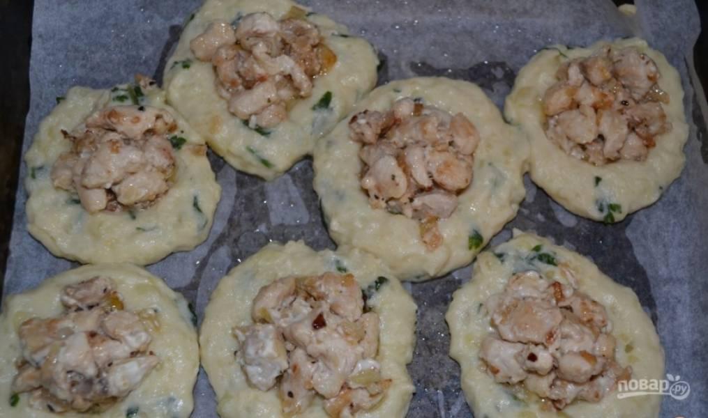В каждую лепёшку уложите курицу. А ещё отдельно поджарьте грибы, их тоже добавьте сверху.