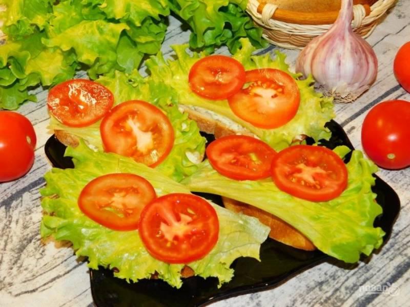 Сверху разложите помидоры, нарезанные кружками. Подавайте к столу. Приятного аппетита!