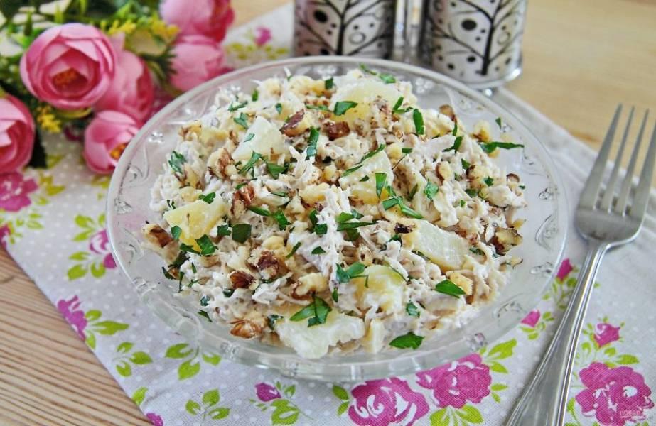 Заправьте салат майонезом, добавьте соль по вкусу и хорошо перемешайте. Салат из индейки с ананасом готов. Перед подачей украсьте его орешками и зеленью. Приятного аппетита!