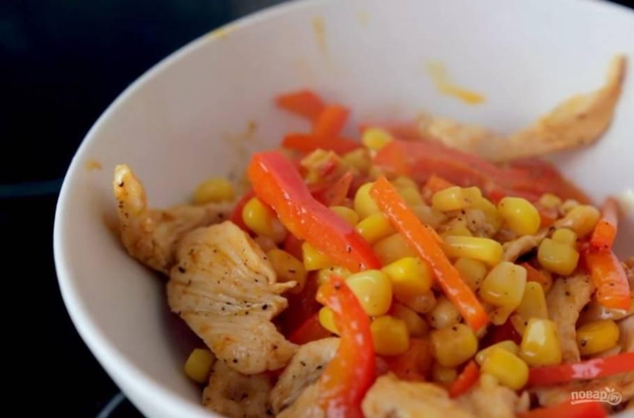 4. Далее добавьте перец и кукурузу. Затем —  острый соус, черный перец и паприку, хорошо перемешайте и немного обжарьте.