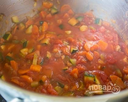 Добавьте в кастрюлю нарезанные томаты без шкурки, томатную пасту, пропущенный через пресс чеснок. Посолите и поперчите. Тушите все ингредиенты пять минут.
