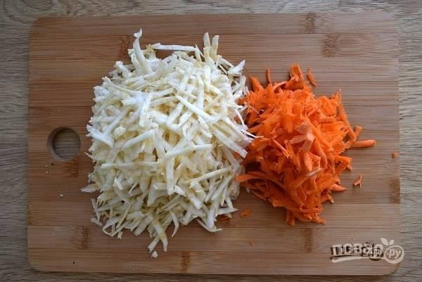 Сельдерей и морковь натрите на крупной терке.