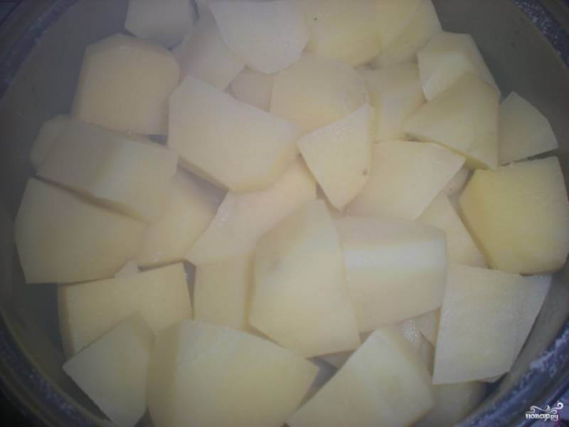 Картофель очистите и нарежьте некрупными кусочками. Отварите его до готовности в подсоленной воде. Обычно картофель варится около 20 минут.
