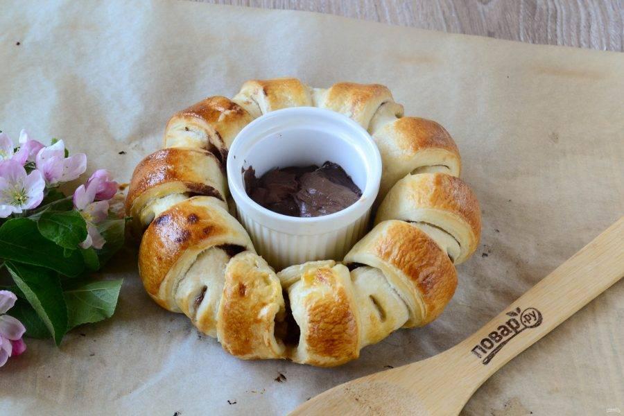 Запекайте шоколадное кольцо в духовке при температуре 180 градусов 25 минут. За это время кольцо пропечется и подрумянится, а шоколад растопится.