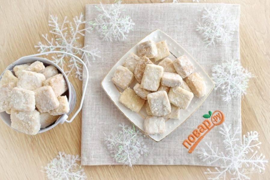 Нарежьте брусочки на части по 0,5 см толщиной. Разложите их на силиконовый коврик или пергамент для выпечки на небольшом расстоянии. Выпекайте печенье в разогретой до 180 °С духовке в течение 7-8 минут. Внимание! Печенье мелкое и быстро выпекается. Наблюдайте за своей духовкой. Печенье должно остаться бледного цвета и не зарумянится. Еще теплое печенье обсыпьте сахарной пудрой.