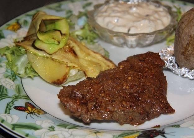 Готовый кусок говядины выкладываем на тарелочку и подаем с гарниром и салатом. Приятного аппетита!