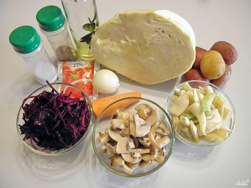 Приготовьте продукты для борща. Так как сейчас зима, у меня имеются в морозилке замороженные овощи, которые уже подготовлены для варки-жарки. Если овощи свежие, то нужно их вымыть и очистить.