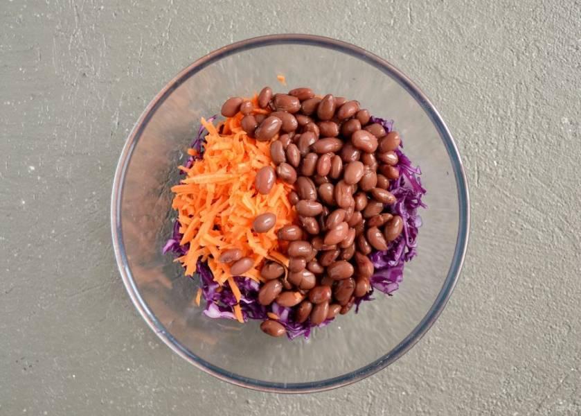 Соедините красную капусту, морковь и промытую консервированную фасоль. Заправьте салат маслом и лимонным соком, посолите по вкусу.