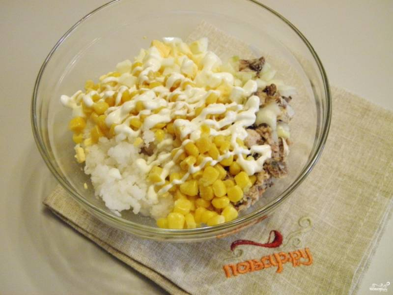 Соберите салат, добавьте в него майонез. Перемешайте. Соль и другие специи добавляйте по вкусу.