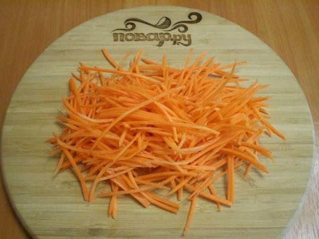Вымойте и очистите морковь. Потрите на терке для овощей по-корейски.