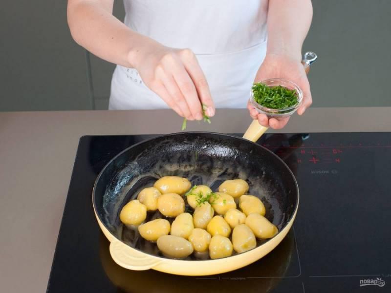 Промытый картофель отварите в подсоленной воде 15 минут. Потом картошку почистите и обжарьте в сливочном масле 3-5 минут. В конце добавьте нарубленную петрушку.