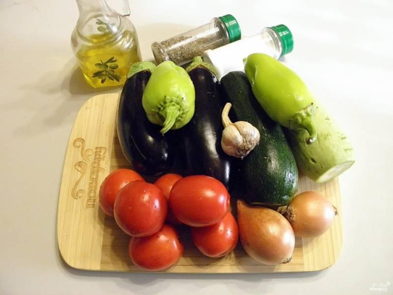 Подготовьте овощи, вымойте их тщательно. У кабачков и баклажанов срежьте хвостики, у перца удалите семена. Помидоры разделите на две равных порции, одну из которых обдайте кипятком и очистите от кожуры.