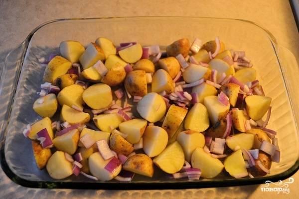 4. Жаропрочную форму смажьте немного растительным маслом и выложите лук с картофелем, предварительно немного подсолив.
