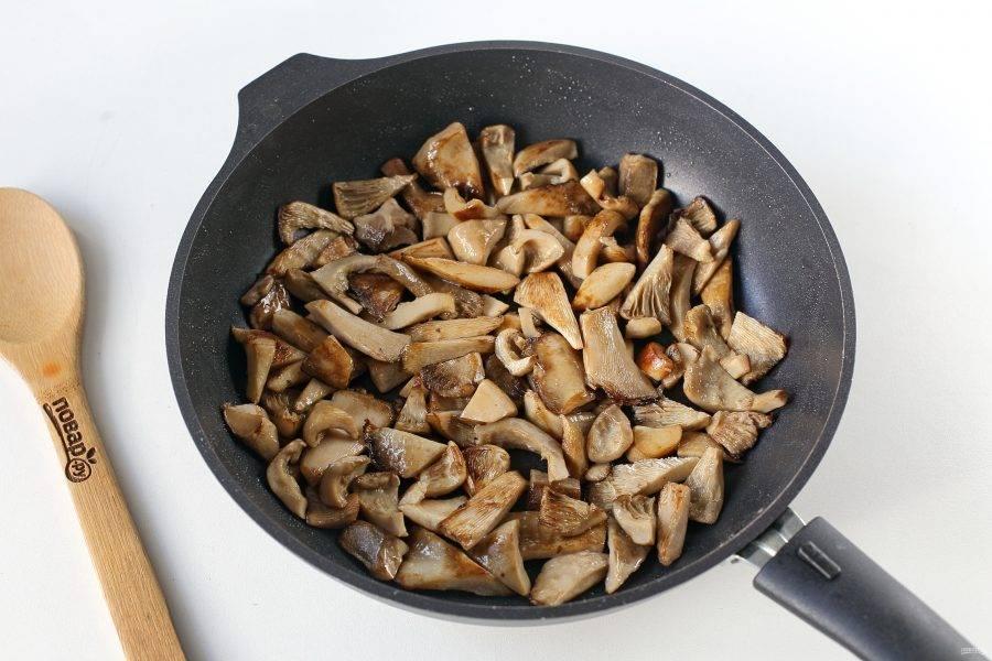 Когда вода вся стечет, обжарьте грузди в сковороде до легкой золотистой корочки около 10 минут.