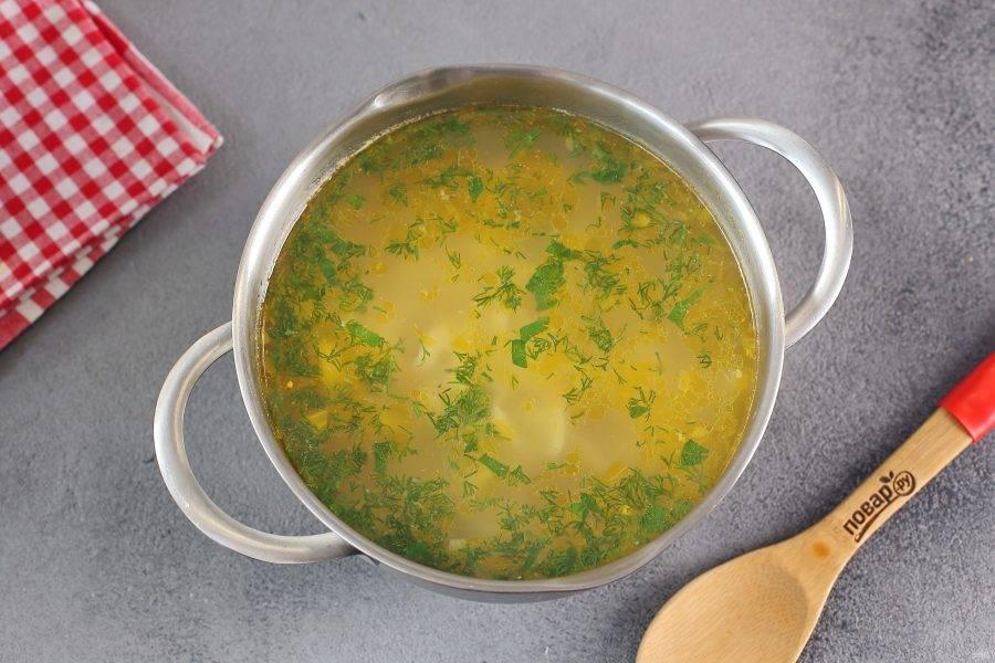 В конце отрегулируйте суп на соль, верните в кастрюлю кусочки рыбы и добавьте любую свежую зелень. Дайте супу закипеть, затем накройте крышкой, снимите с огня и дайте настояться еще 10-15 минут. Суп с с лапшой и лососем готов.