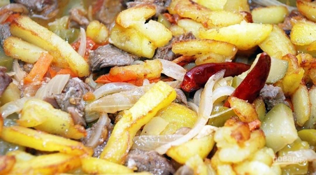 Пока тушится мясо, на отдельной сковороде можно поджарить картофель, нарезанный брусочками. Как только он подрумянится, его можно будет добавлять к мясу и овощам.