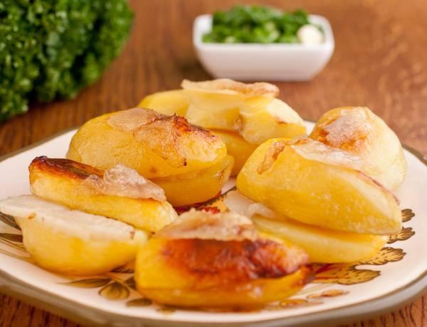 5. Вот и весь простой рецепт картофеля, запеченного в духовке в фольге с салом. После приготовления немного остудите и аккуратно разверните фольгу. Можно присыпать блюдо для подачи измельченной зеленью или тертым сыром.
