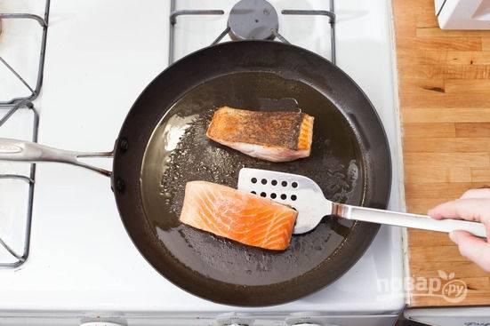 4.Семгу мою и вытираю насухо бумажными салфетками. Сковороду разогреваю с оливковым маслом (1-2 столовые ложки), обжариваю рыбу на хорошо разогретой поверхности по 3-4 минуты с каждой стороны.