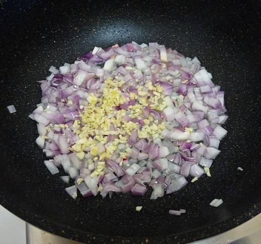 3. На сковороде разогреть немного оливкового масла и отправить туда сначала лук, а через пару минут чеснок.