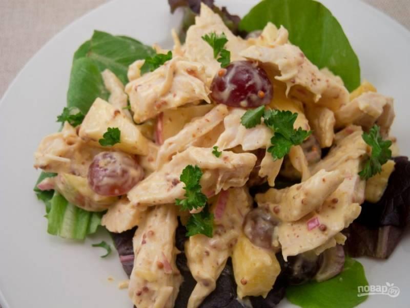 В салат добавьте курочку кусочками, листья салата и петрушку. Всё перемешайте. Приятного аппетита!