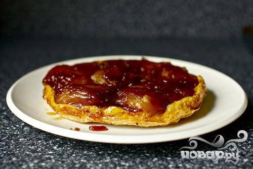 5. Перевернуть пирог на блюдо. Если яблоки прилипли к сковороде, соскоблить их шпателем. Готовый пирог сразу же подавать со взбитыми сливками.