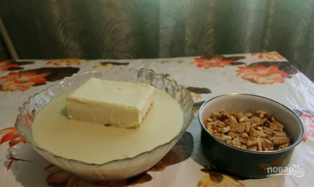 1. Подготовим ингредиенты. Какао разводим кипятком и перемешиваем, чтобы не было комочков. 500 грамм печенья перетираем в мелкую крошку, а оставшиеся 100 грамм оставляем небольшими кусочками. Сгущенку с маслом смешаем при помощи миксера.