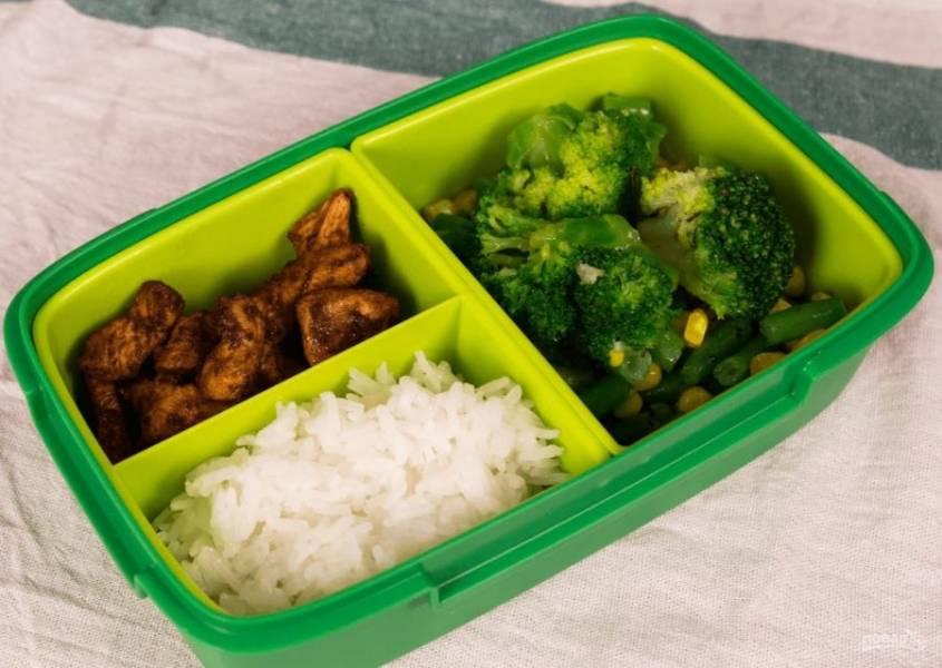 4. Также разогрейте замороженные овощи, совсем немного их поджарив на сковороде. Соберите все в ланч-бокс. Приятного аппетита!