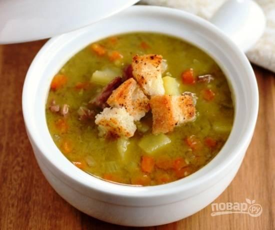 7.В самом конце возвращаю мясо в суп и варю еще 2 минуты. Подаю суп порционно, с сухариками из белого хлеба.