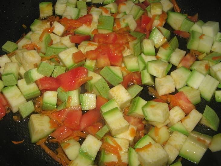 Жарим лук и морковку на растительном масле. Добавляем к ним кабачки и помидоры, жарим 2-3 минуты. Добавляем соли, перца.