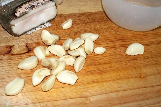 Проверить борща на достаток соли. Нарезаем сало и очищаем чеснок. Растираем их и добавляем в кастрюлю, доводим до кипения и отключаем. Даем настояться и можно подавать к столу.