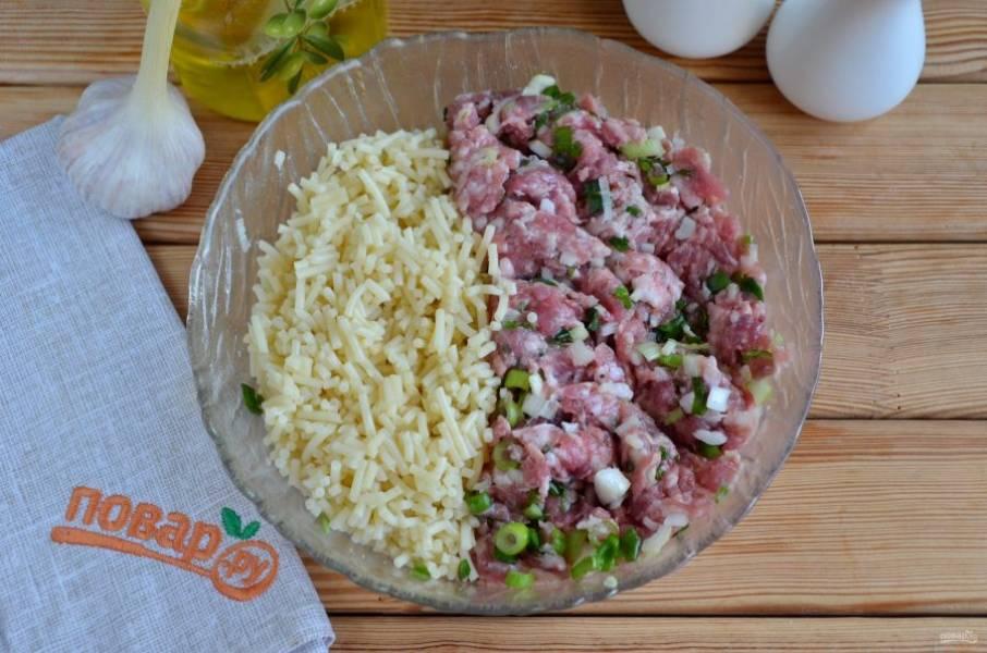 Соедините мясной фарш с нарубленными спагетти. Руками хорошо перемешайте. Ничего больше добавлять не нужно.