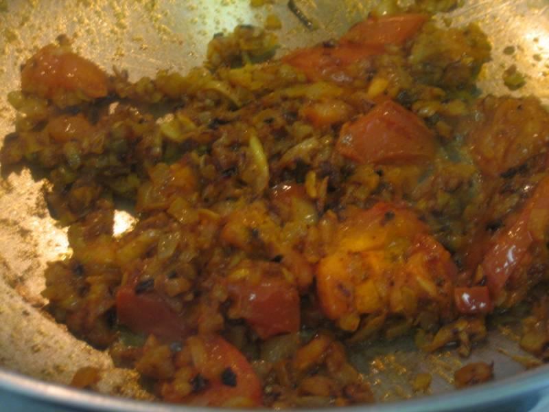 2. За это время вы как раз успеете измельчить и обжарить лук с мукой. Затем добавим к нему помидоры и уменьшим огонь, чтобы они немного пустили сок. Дальше добавляем куски рыбы, обжариваем каждый с двух сторон. Количество масла - по вкусу.